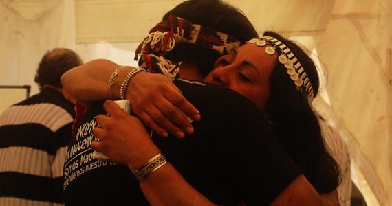 Relmu Ñamku abraza al Werken Martín Maliqueo, tras la absolución / Camila Parodi - Marcha